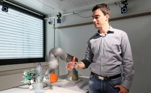 Robotic hand merges amputee and robotic Control